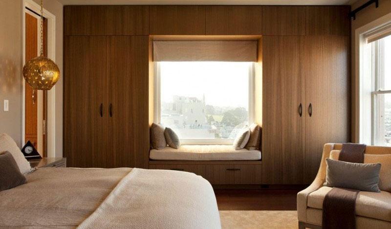 tủ quần áo gần cửa sổ