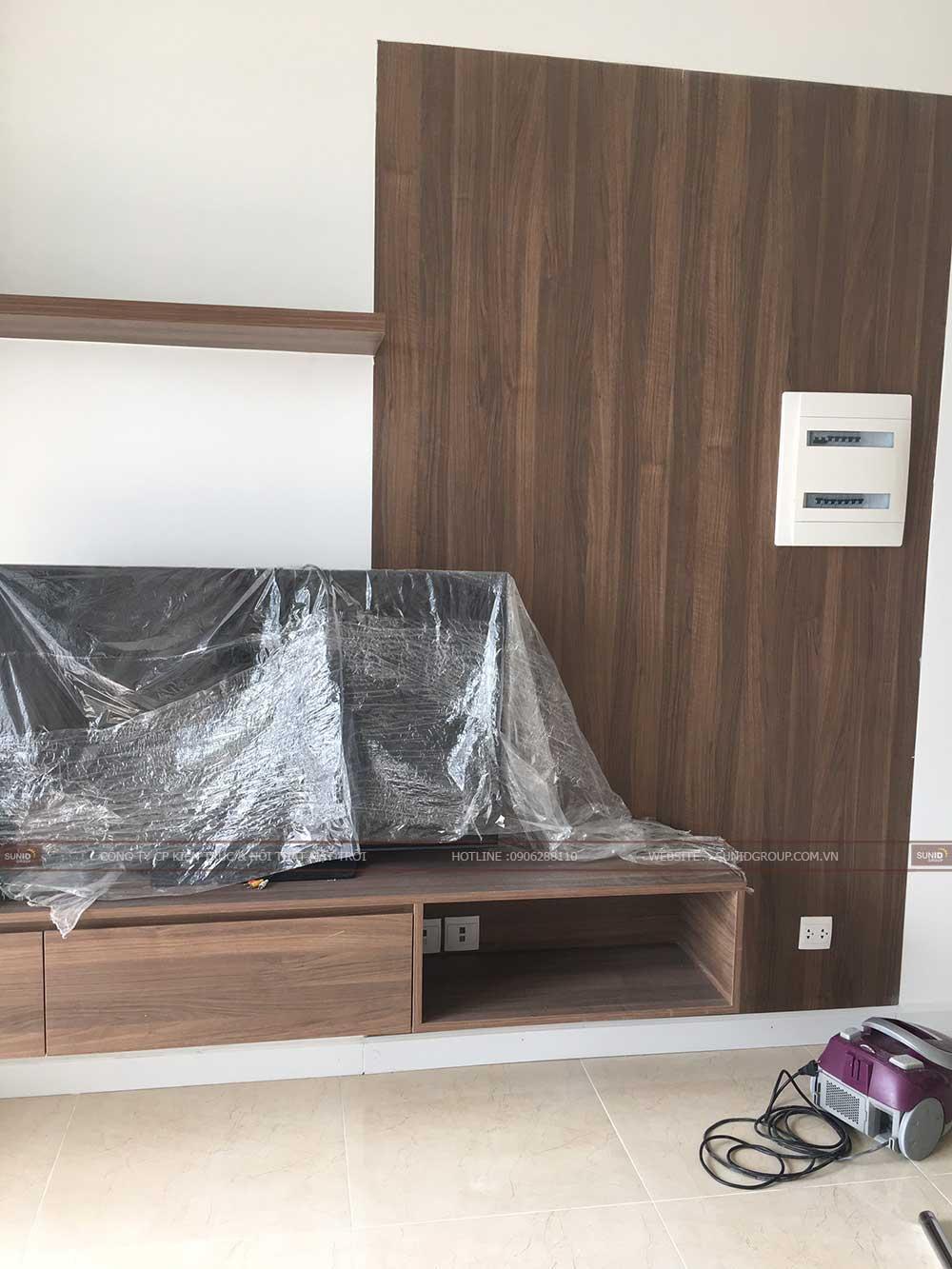 Diện tường tivi thiết kế trống để gia chủ có thể treo tranh trang trí hoặc đặt bàn thờ treo tường theo mục đích sử dụng của người thuê nhà
