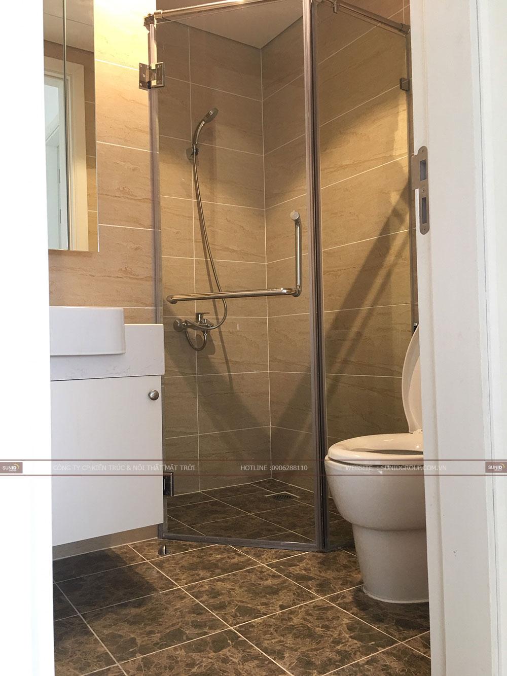 Phòng vệ sinh đầy đủ tiện nghi với bộ thiết bị chậu rửa, vòi hoa sen, buồn vệ sinh..